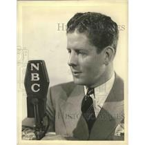 1938 Press Photo Rudy Vallee giving entertainment coverage over radio