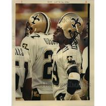 1989 Press Photo New Orleans Saints - Teammates Watch from the Sideline