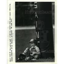 1988 Press Photo New Orleans Saints- Josh Gatlin watches Bum's Bunch practice.