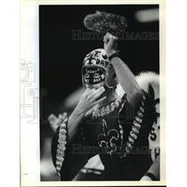 1989 Press Photo New Orleans Saints- Masked Saints fan cheers at start of game.