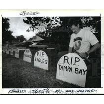 1991 Press Photo New Orleans Saints- Stephen Rooney places a tombstone in yard.