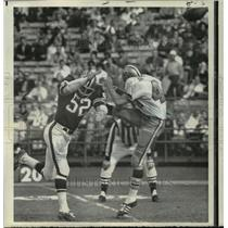 1969 Press Photo New Orleans Saints- Atlanta linebacker Ron Acks blocks punt