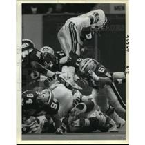 1989 Press Photo New Orleans Saints- Up high going to come down hard.
