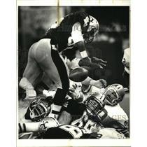 1987 Press Photo New Orleans Saints- Saints running back Reuben Mayes fumbles.