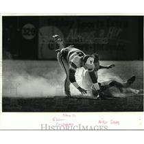 1982 Press Photo Tulane University- Tiger's Mike Saab safe in controversial play