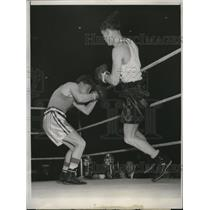 1948 Press Photo Ernest Martinez vs Willie Lenihan at Golden Gloves in Chicago