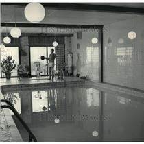 1984 Press Photo Leonard Mattioli works out poolside in 86 degree room