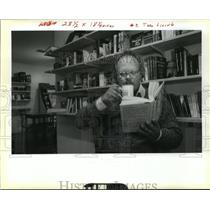 1990 Press Photo Bookstores-Stan Bemis reads a book at Abstract Bookstore.