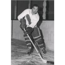 1958 Press Photo Hockey player Walt Bradley works with the puck - sps00594