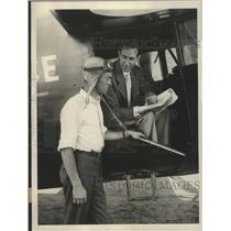 1930 Press Photo Lou Telegen tells Art Dussey why he is going aloft - sbz01054