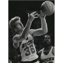1983 Press Photo Dave Cowens of the Milwaukee Bucks Fights For a Rebound