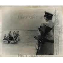 1962 Press Photo Eight Cuban Refugees Arrive By Boat at Miami, Florida
