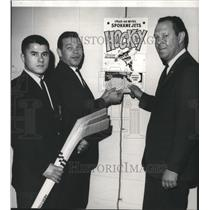 1965 Press Photo Jets hockey team's Kenny Cameron, Colin Kilburn with Joe Keath