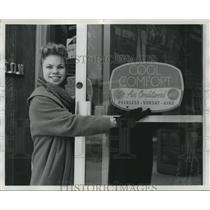 1960 Press Photo Mrs. Martha McCormick and Snow in Birmingham, Alabama