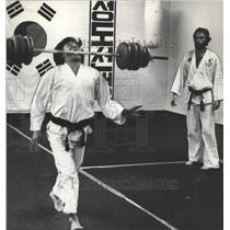 1978 Press Photo Cho Chung Practices Karate With Barbell in Birmingham, Alabama
