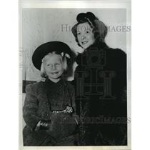 1942 Press Photo New York Mrs JG Hanna and her daughter Carol NYC - neny06921