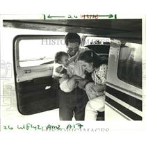 1985 Press Photo Air Life Line pilot Jim Finley with Amanda and Heidi Kline.