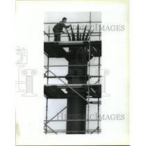 1991 Press Photo Elias Guevara-Algiers Iron Works, Inc., tests smokestack