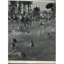 1942 Press Photo Kids Swimming at Play Ground - Comstock - spx17185