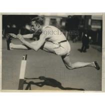 1928 Press Photo Morgan Taylor at workout on Illinois track hurdles - sbs04283