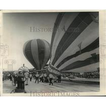 1969 Press Photo Hot Air Balloon Getting Away from Indy Speedway Crew