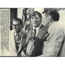 1976 Press Photo Redskins football's Billy Kilmer given the George Halas award