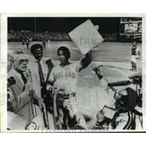 1982 Press Photo Baseball-Oakland A, Rickey Henderson, After Breaking Record