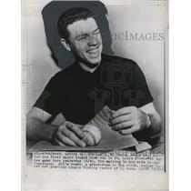 1951 Press Photo Gil McDougald, New York Yankees, Wraps Home Run Ball