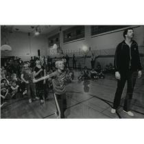 1984 Press Photo Milwaukee Basketball Student, Paul Mokeski, Training Children