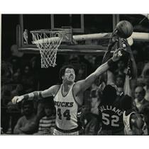 1985 Press Photo Milwaukee Bucks Paul Mokeski Tapping Basketball Away