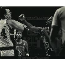 1987 Press Photo Braves' Paul Mokeski Being Punched by Bulls' Charles Oakley