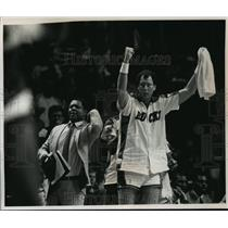 1989 Press Photo Milwaukee Victory Signaled By Bucks' Player, Paul Mokeski