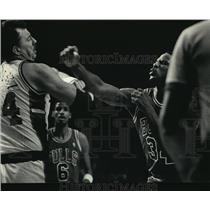 1987 Press Photo Bulls' Charles Oakley Throwing Punch at Bucks' Paul Mokeski