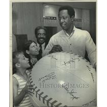 1971 Press Photo Atlanta Braves' Hank Aaron with child fans in Detroit