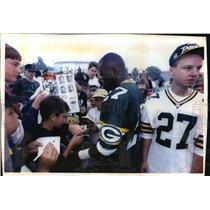 Press Photo Terrell Buckley #27, signing autograph for his fans - mja60808