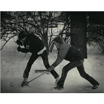 1985 Press Photo Lance Mickey and Matt Pruhs play broomball in the back yard