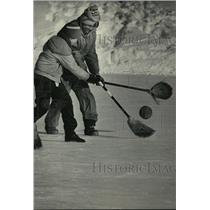 1985 Press Photo The new sport is broom ball, this battle is at Wilson Park