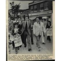 1976 Press Photo Governor Edmund G. Brown Campaign Thames Street Newport