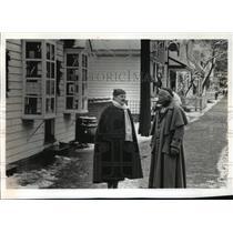 1992 Press Photo Williamsburg Virginia Residents Discuss Coming Holiday Seasons