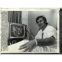 1971 Press Photo Philadelphia Eagles' Bill Hobbs Celebrates Award from Hospital