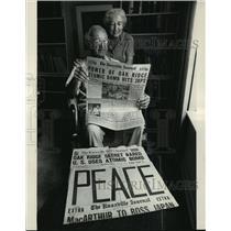 1983 Press Photo Waldo and Charmian Cohn Read Headlines About A-Bombs