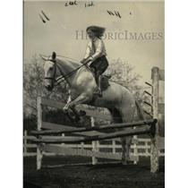 1922 Press Photo Florence Lindsay Jumping in Junior Horse Show - neo07840