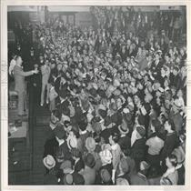 1935 Press Photo Detroit Police Armory Auction Crowd