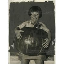 1925 Press Photo Mary McLoughlin with Largest Pumpkin at Fruit & Vegetable Show