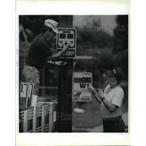 1994 Press Photo New Orleans - Larry Soileau & John Callahan Install Bus Signs