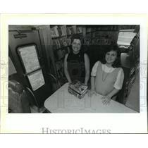 1990 Press Photo Lynda Banta and Tammy DiBartolo operate the bookmobile.