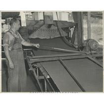 1946 Press Photo palmetex wallboard sheet Cutting