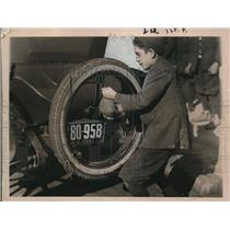 1921 Press Photo Kids inflate their football from automobile  - neo12373