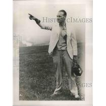 1937 Press Photo Richard DuPont watched the course of a Glider at Elmira N.Y.