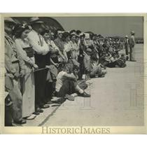 1943 Press Photo Crowd Naval Aircraft at Akron Ohio - nef67062